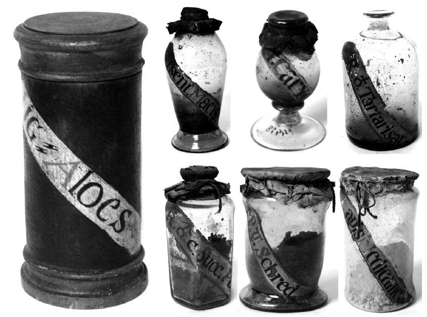Ukázky stojatek z hradčanské kapucínské lékárny.: vlevo dřevěná stojatka (Lignum aloes), vpravo skleněné stojatky: Essentia macis, Oleum caryophyllorum, Regulus antimonii tartarisatus, Regulus ferreus cum succus pomorum, Massa pilularum tartareae Schroederi, Lapis medicamentosus