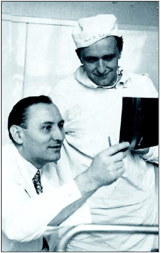Prim. Rödling se svým žákem Dr. Dolejším (stojící)