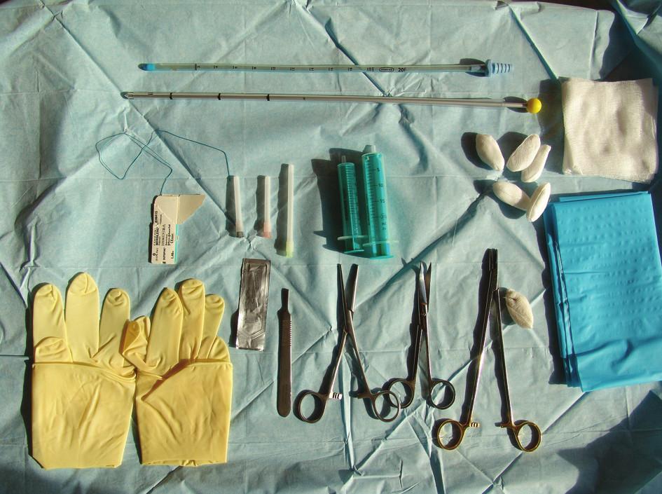 Připravený sterilní stolek k hrudní drenáži Fig. 2: A sterile table ready for the procedure