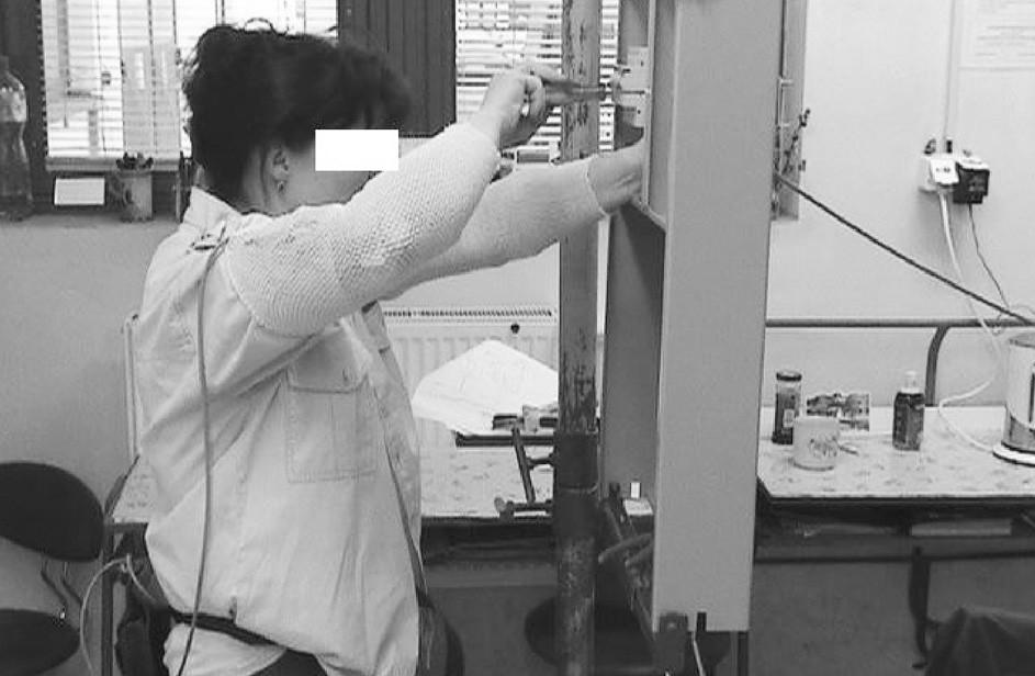 Poloha horních končetin při zapojování kabelů na svislém panelu u elektromechaničky Výškové nastavení panelu je možné, není využíváno.