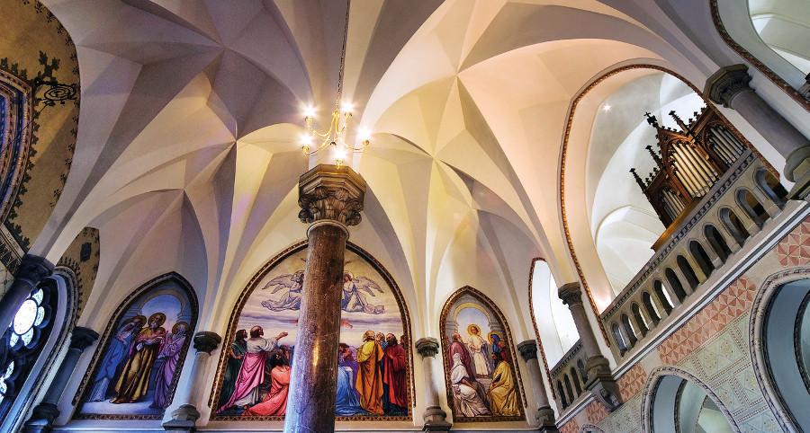 Prostor kaple s hvězdicovou sklípkovou klenbou a malířskou výzdobou