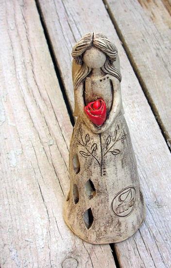 <em><strong>Obr. 4</strong> Anděl s růží − ocenění, jímž stomici ocenili nejlepší stomické sestry.</em>