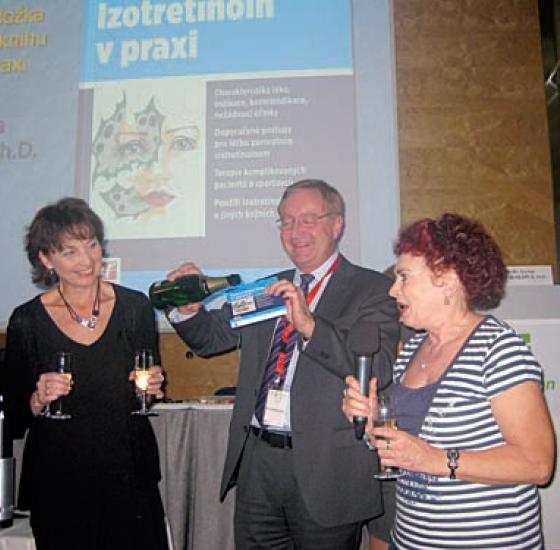 Křest knihy Izotretinoin v praxi (zleva): autorka MUDr. Z. Nevoralová, prof. P. Arenberger a doc. J. Rulcová
