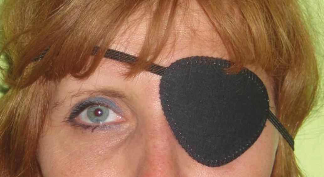 Černá páska přes oko