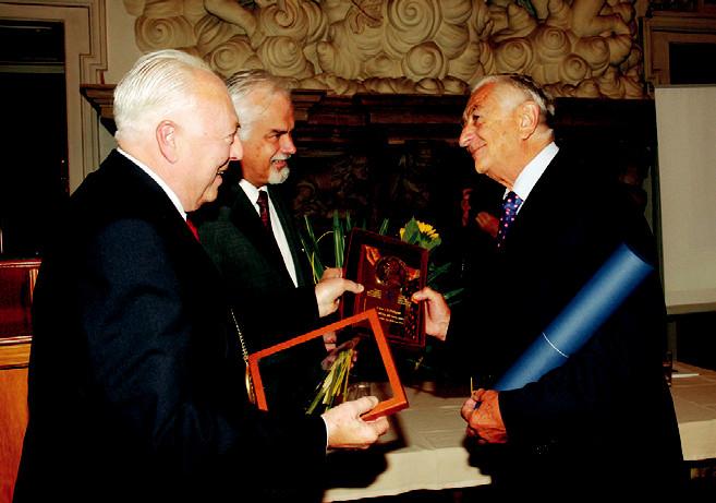 Profesor Jiří Tichý (vpravo) přijímá první gratulace od předsedy ČLS JEP prof. Jaroslava Blahoše (vlevo) a místopředsedy společnosti prof. Vladimíra Paličky.