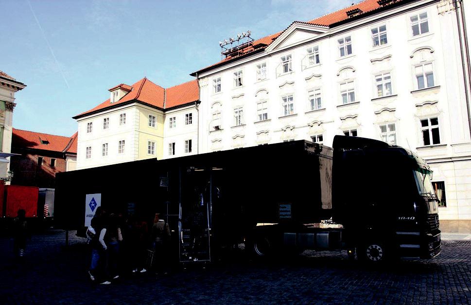 """V souvislosti s konferencí WPA přijel do Prahy i známý černý kamion, který je hlavní součástí aktivity společnosti Janssen Cilag, seznamující veřejnost, ale i odborníky, se schizofrenií. Projekt """"Cesta dlážděná strachem"""" komentuje mnoho psychiatrů velmi pozitivně a jsou přesvědčeni, že jde o skutečné napodobení prožitků jejich pacientů. Jedná se o malý simulátor pro jednoho člověka, vytvářející kombinace zvuků a pohybů, které pomocí vizuálních efektů navozují každodenní pocit pacientů a zprostředkovávají vizuální a sluchové halucinace. Člověk, který je právě v kabině, se dívá očima pacienta na každodenní stresové situace a možné podněty, které vyvolávají symptomy onemocnění. Zážitek ve speciální kabině je obtížné popsat, nejlepší je ho prožít. Je to zkušenost, na kterou mnoho lidí nezapomene."""