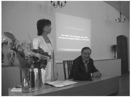 MUDr. Zuzana Nevoralová, Ph.D. a předseda České dermatovenerologické společnosti prof. MUDr. Petr Arenberger, DrSc., MBA
