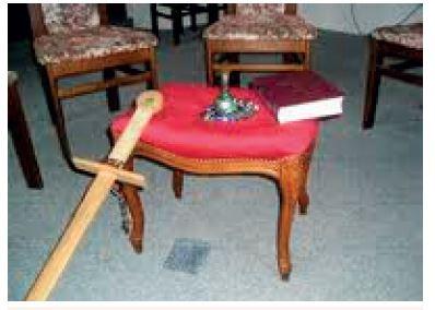 Symboly hagioterapie – vedle Bible účastníci používají jako symboly dřevěný meč a skleněné perly