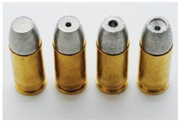 Experimentální české náboje se sřielami frangible na bázi železného prášku (dutina zvyšuje pravděpodobnost rozkladu střely).