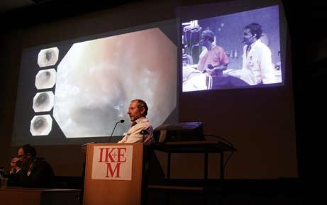 Prof. Špičák moderuje diskuzi k výkonu, který provádí prof. Bergman. Fig. 3. Prof. Špičák commenting on the performance of prof. Bergman.