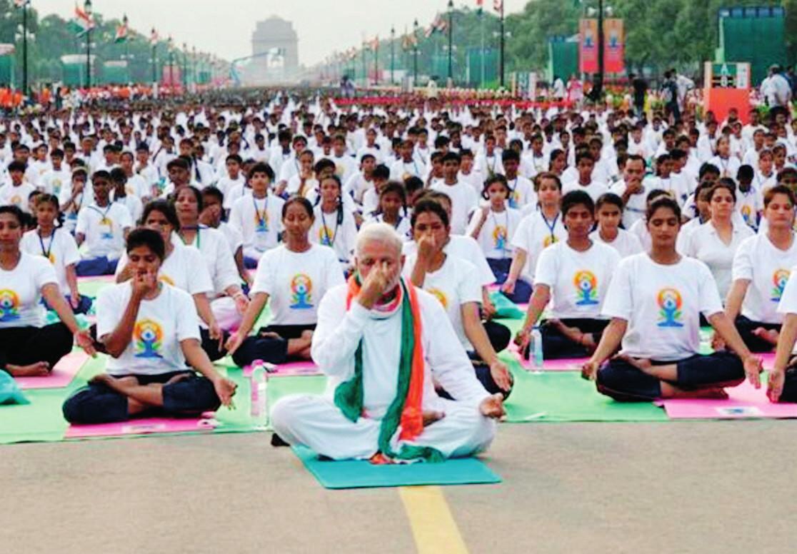 Oslava 1. Medzinárodného dňa jogy 21. 6. 2015 v Dílí, v čele premiér Indie N. Modi.