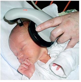 Vyšetřované dítě metodou AABR.