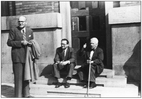 Schůzka patologů v Brně v roce 1950. Zprava: Neumann V., Šikl H., Jedlička V.