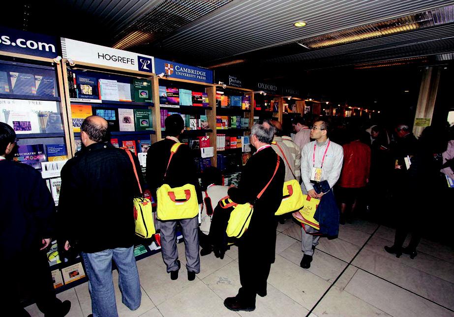 V předsálí měli účastníci možnost nakoupit si zahraniční literaturu.