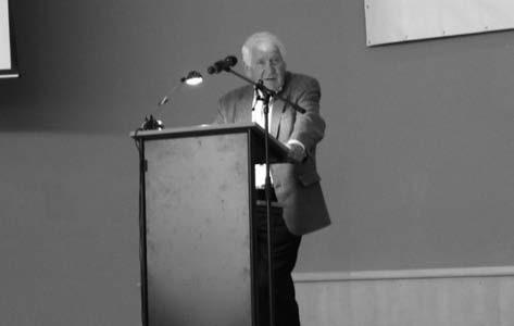 Profesor Riehm při přednášce.
