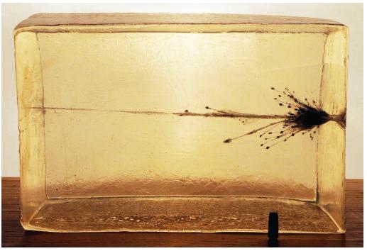 Účinek střely ultrafrangible na zkušební blok vyrobený z náhradního materiálu – balistického gelu (délka bloku 40 cm, pohyb střely a jejích částí zprava doleva).