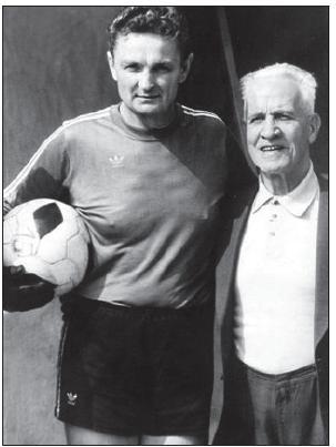 Zdeněk Placheta se svým idolem Františkem Pláničkou, nejlepším československým brankářem všech dob, před utkáním seniorů SK Slavia Praha a SK Židenice v roce 1982.