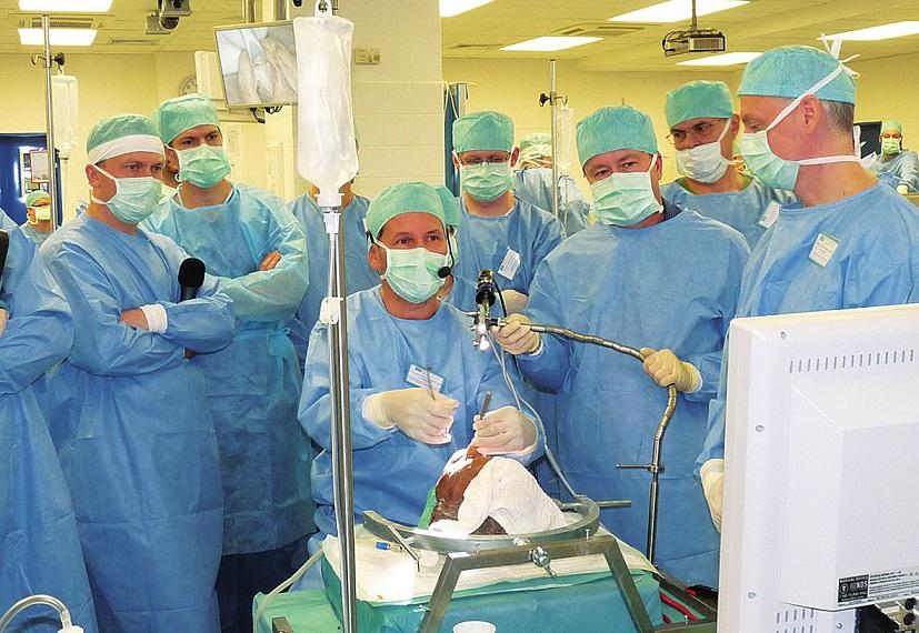 Doc. Müller demonstruje rinoplastiku.