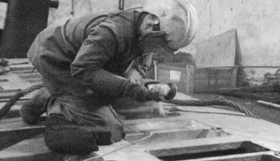 Poloha dolních končetin u dělníka při broušení konstrukce