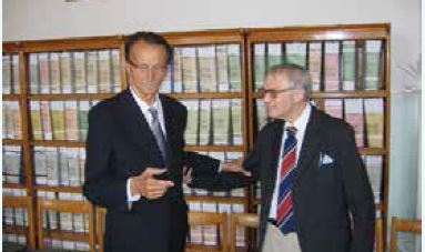 Prof. Mikulecký ako 80-ročný (vpravo) s prof. MUDr. Ivanom Ďurišom, DrSc. na I. internej klinike LF UK v Bratislave (2007), pri príležitosti životného jubilea