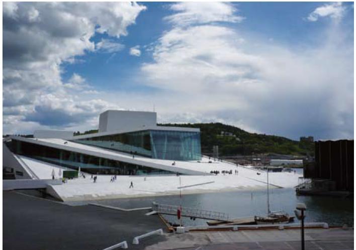 Nová budova opery na pobřeží Oslofjordu.