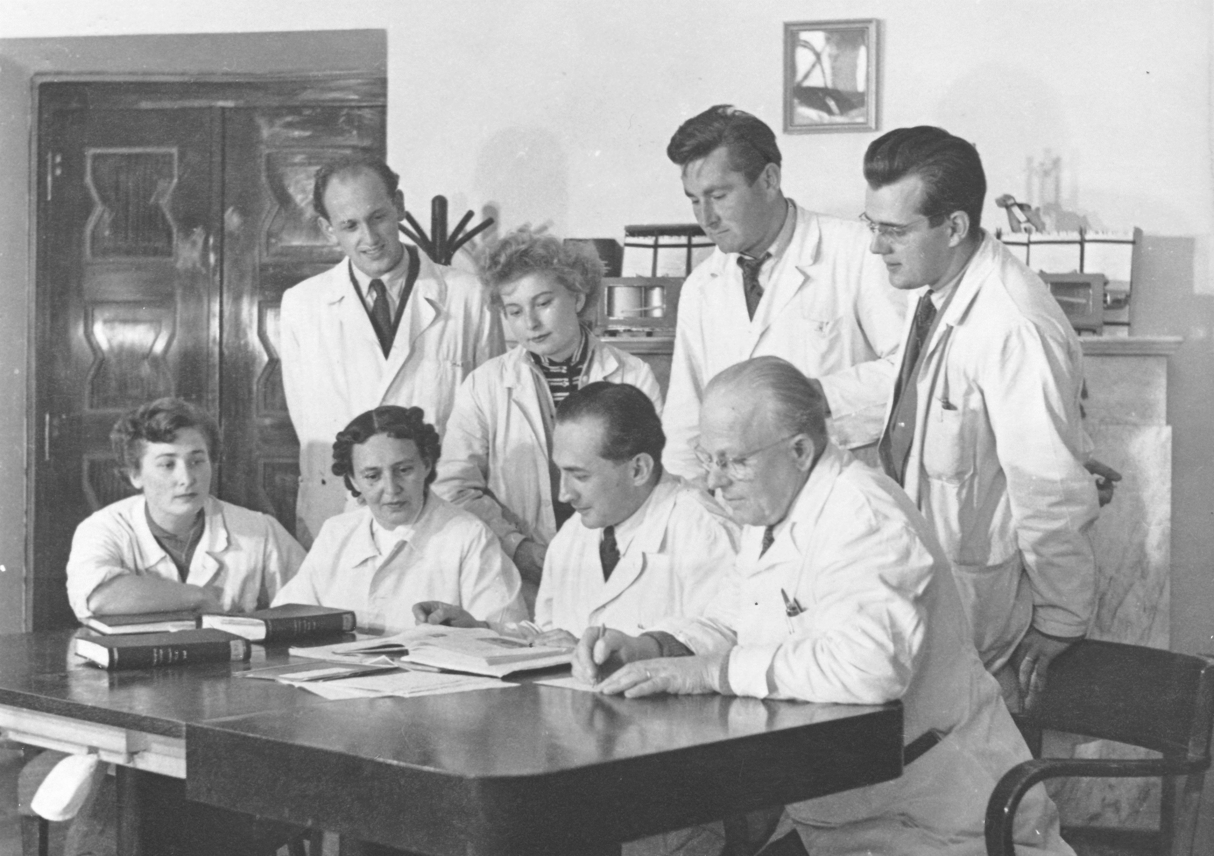 Docent Zelený (sedící druhý zprava) v kolektivu spolupracovníků Ústavu fyziologie Lékařské fakulty UK v Plzni v roce 1955