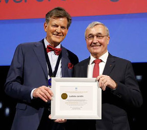 Prof. Abrahamsson blahopřeje doc. Jarolímovi k jeho čestnému členství v EAU