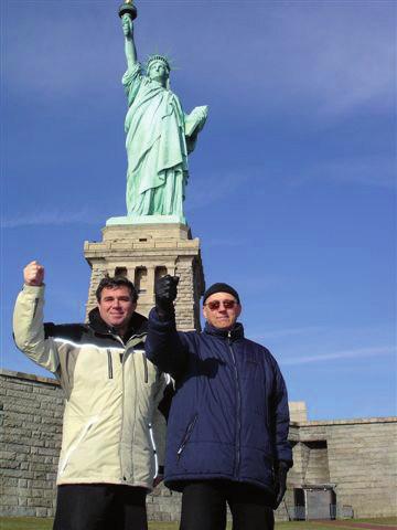 Pod sochou Svobody.