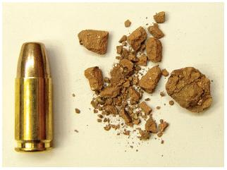 Charakteristický rozklad 9 mm pistolové frangible střely (na bázi Cu) na pevné překážce (vlevo náboj před výstřelem).