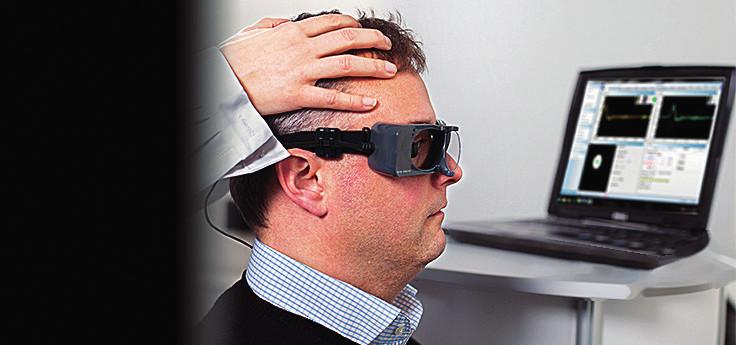 Znázornění VHIT testování pomocí specifických brýlí propojených se softwarem. S povolením převzato z www.otometrics. com.