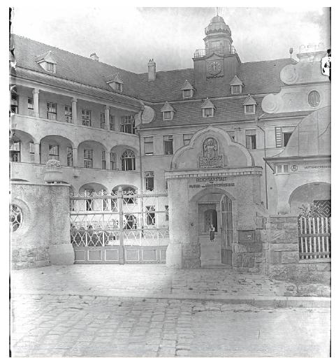 Dobová fotografie vstupu do Říšského ústředního ústavu pro mateřskou a kojeneckou péči ve Vídni- -Glanzingu (www.bildarchivaustria.at).