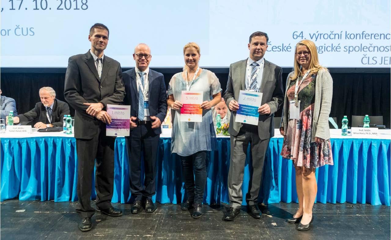Výherci z kategorie D – video publikované v časopise Česká urologie. 1. místo obdržel P. Macek (první zleva), 2. místo M. Hora (čtvrtý zleva) a 3. místo M. Matějková (uprostřed).<br> Fig. 4. Winners in the D Category – A video published in the Czech Urology journal. First place for P. Macek (first from the left), 2<sup>nd</sup> place M. Hora (fourth from the left), and 3<sup>rd</sup> place M. Matějková (in the middle)