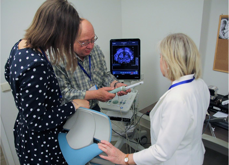 Obr. 8. Hands-on training Fúzní biopsie dle magnetické rezonance na přístrojích BK Medical Lektor: doc. MUDr. František Záťura, Ph.D.<br> Fig. 8. Hands-on training MRI–ultrasound fusion targeted prostate biopsy using the BK Medical system Mentor: as. prof. František Záťura, MD, Ph.D.