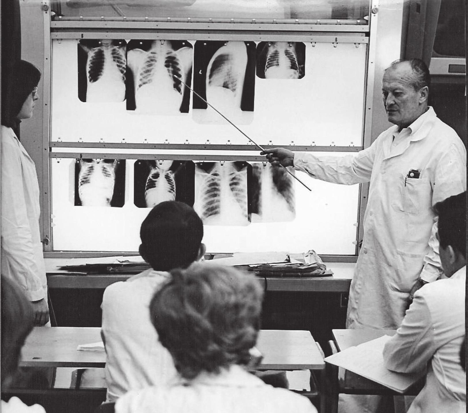 Doc. MUDr. Oldřich Šnobl, DrSc., při výuce studentů Fakulty dětského lékařství UK ve Fakultní nemocnici v Motole, Praha, v sedmdesátých letech minulého století.