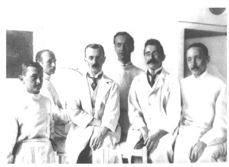Kolektív lekárov Očnej kliniky Alžbetinskej Univerzity v r. 1919, prof. Imre je tretí zľava