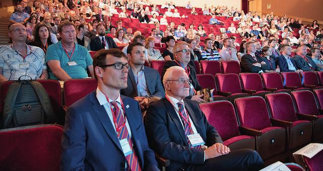 Pohled do Divadelního sálu Domu kultury: v popředí čestný host kongresu prof. Dr. med. Karl Hörmann, M.D., Ph.D. (University Medical Centre Mannheim, Německo) a prof. MUDr. Jan Plzák, Ph.D. (ORL klinika FN Motol).