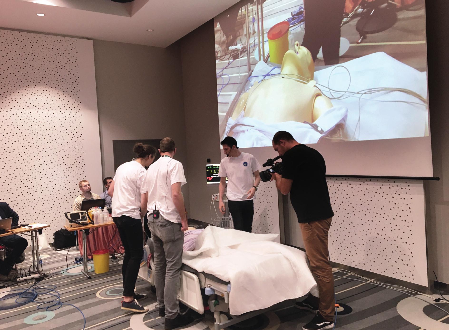 Momentka ze soutěže týmů mediků v řešení simulované krize