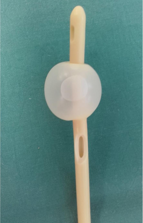 Permanentní močový katétr s arteficiálně vytvořeným otvorem v úrovni pod balonkem<br> Fig. 3. Permanent urinary catheter with arteficially created opening under baloon