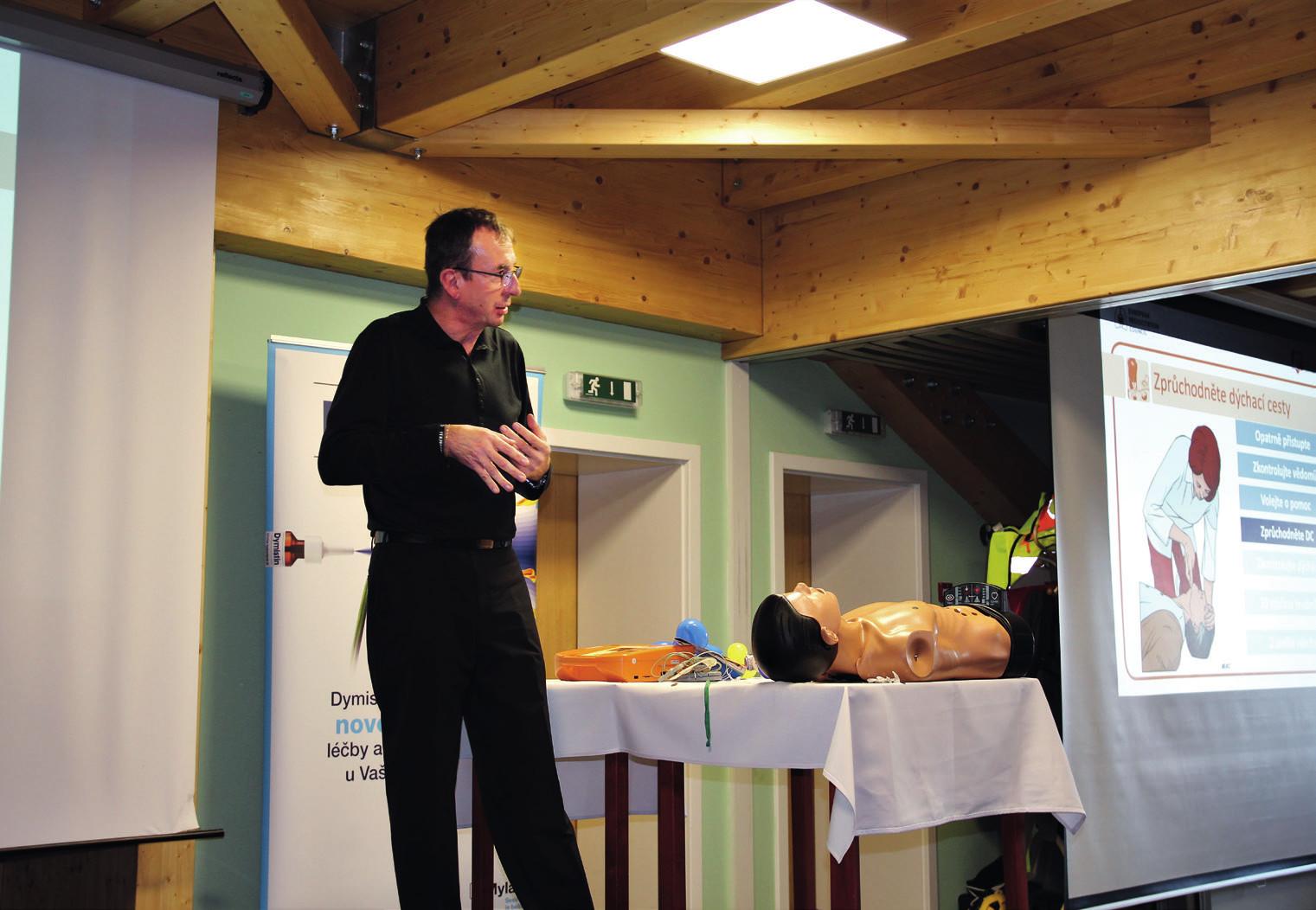Ředitel záchranné služby R. Gřegoř při vysvětlování zásad první pomoci.