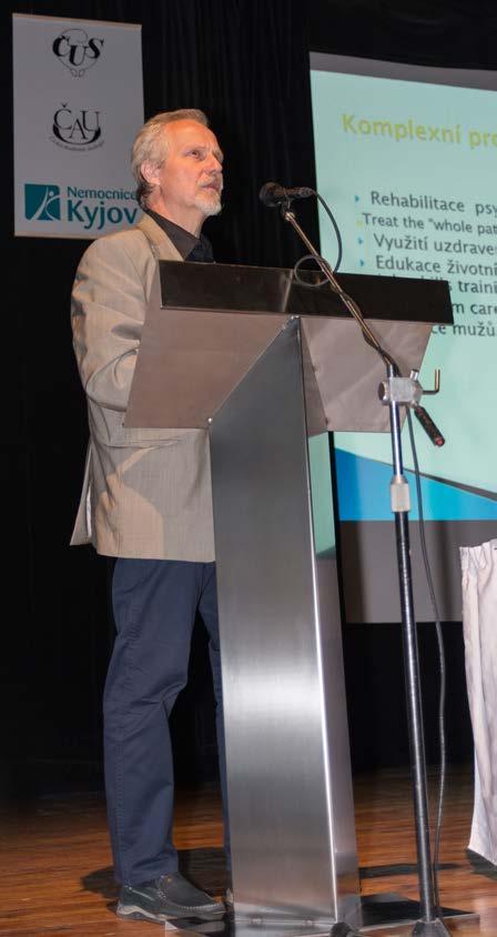 Prof. Hanuš prezentuje na téma močové píštěle a inkontinence<br> Fig. 2. Prof. Hanuš presenting the issue of urinary fistulas and incontinence