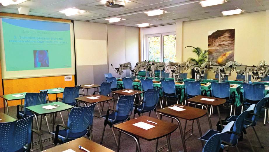 Preparační kurz – přednášková místnost, stanoviště s mikroskopy k nácviku šití cév pod mikroskopem. Jako preparáty byla užita vepřová srdce.