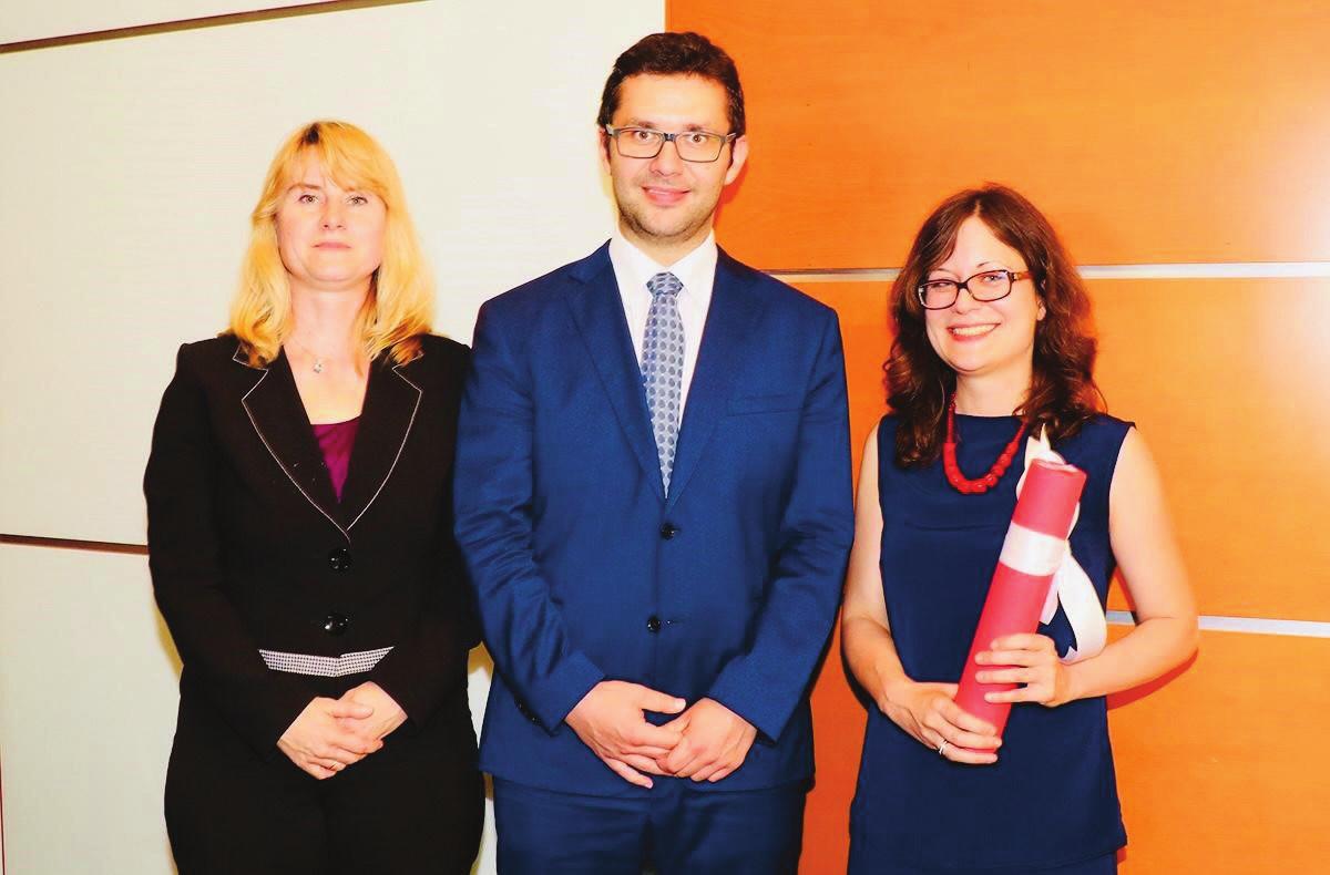 Foto 4. Jovana Brkić, MSc. s PharmDr. D. Fialovou, Ph.D. a proděkanem pro vědu a výzkum FaF UK doc. J. Rohem