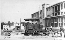 Terénní práce před pavilonem A (léto 1928). V pozadí kaple a trafostanice.