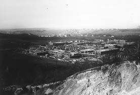 Pohled stavbu od východu 30. srpna 1926. Vlevo na obzoru v lese patrná stavba Šimsova sanatoria, nyní Dětského centra při Thomayerově nemocnici.